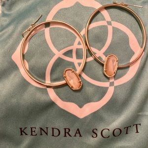 Kendra Scott Elora hoops in ivory pearl.